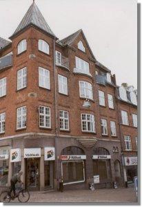 3. sal i St. Sct. Mikkelsgade 22 - og den første bibliotekar, Henri Hansen, blev ansat. Billedet er taget i 1997.