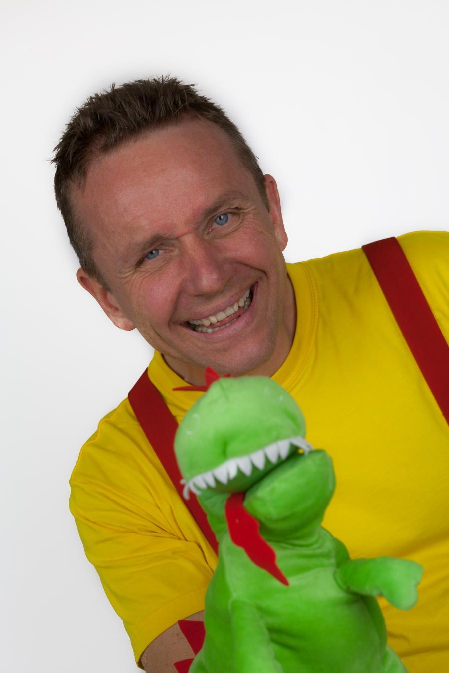 En mand med plys krokodille